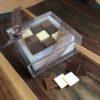 Boîte avec des fines mini tablettes